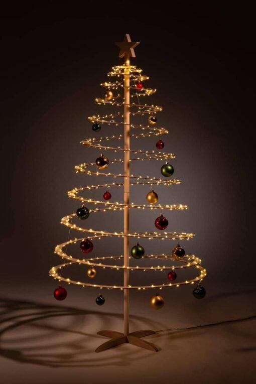 houten kerstbomen versieren kerstballen rood groen goud