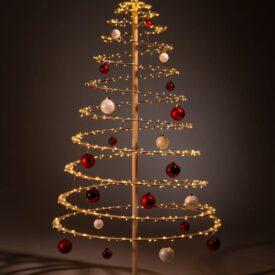houten kerstbomen versieren kerstballen rood wit