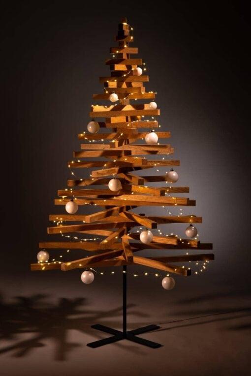 houten kerstbomen versieren kerstballen wit