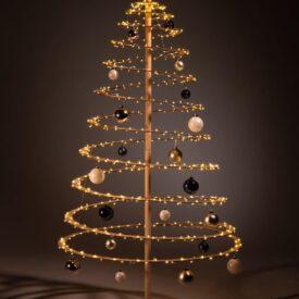 houten kerstboom decoreren kerstballen blauw wit zilver