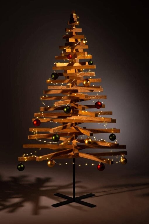houten kerstboom decoreren kerstballen groen rood goud