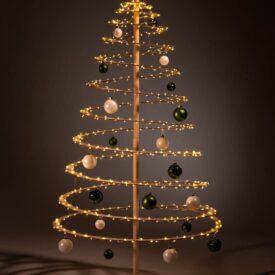 houten kerstboom decoreren kerstballen groen wit