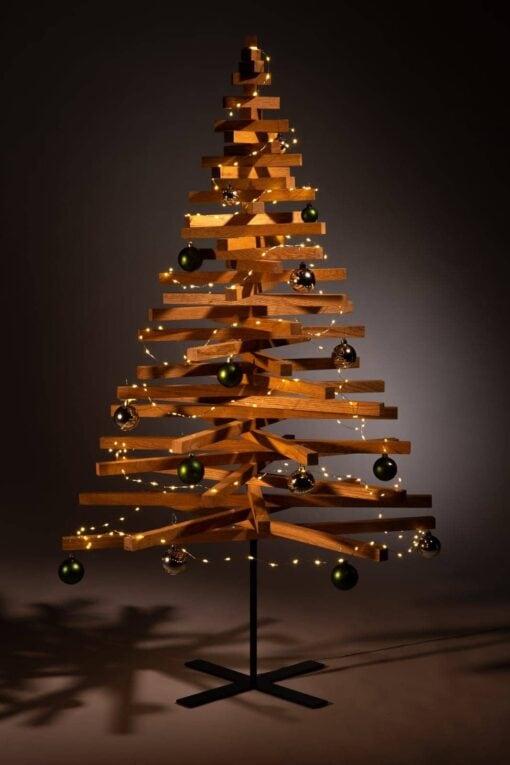 houten kerstboom decoreren kerstballen groen zilver
