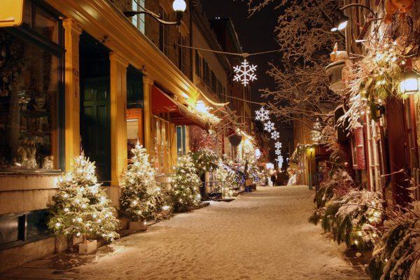 kerstbomen met verlichting winkelstraat