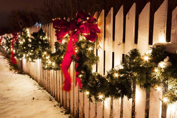 kerstguirlandes met verlichting buiten