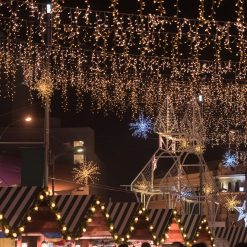 kerstverlichting boven winkelstraat